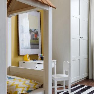 Aménagement d'une chambre de bébé garçon contemporaine de taille moyenne avec un sol en bois foncé, un sol marron et un mur jaune.