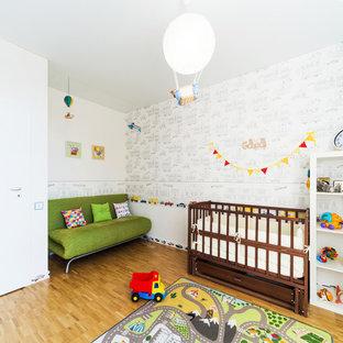 Новый формат декора квартиры: комната для малыша среднего размера в современном стиле с паркетным полом среднего тона и белыми стенами для мальчика