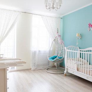 Выдающиеся фото от архитекторов и дизайнеров интерьера: комната для малыша в современном стиле с синими стенами, светлым паркетным полом и бежевым полом для девочки