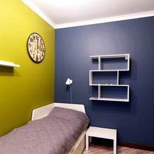 Inspiration pour une chambre de bébé garçon design de taille moyenne avec un mur bleu, un sol en liège et un sol marron.