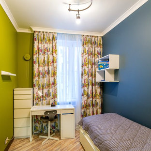 Modelo de habitación de bebé niño contemporánea, de tamaño medio, con paredes azules, suelo de corcho y suelo marrón