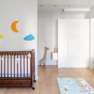 Пример оригинального дизайна: комната для малыша среднего размера в современном стиле с паркетным полом среднего тона и обоями на стенах для мальчика