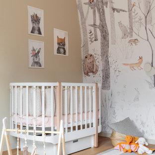 На фото: нейтральная комната для малыша среднего размера в современном стиле с бежевыми стенами, бежевым полом и обоями на стенах с
