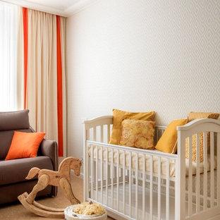 Cette image montre une chambre de bébé neutre traditionnelle de taille moyenne avec un mur blanc, un sol en liège et un sol beige.