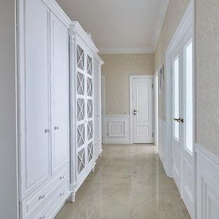 Новый формат декора квартиры: коридор среднего размера в классическом стиле с полом из керамической плитки и бежевыми стенами