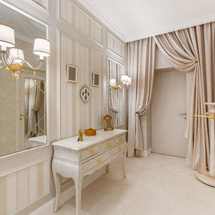 Новые идеи обустройства дома: коридор в классическом стиле с бежевыми стенами и полом из коврового покрытия