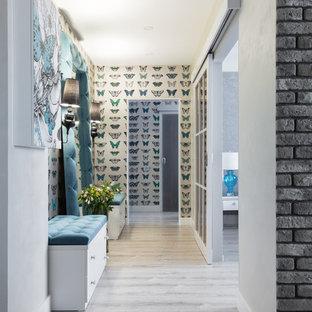 Пример оригинального дизайна интерьера: коридор среднего размера в современном стиле с бежевыми стенами и полом из ламината