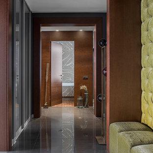 Неиссякаемый источник вдохновения для домашнего уюта: коридор в современном стиле с коричневыми стенами и серым полом