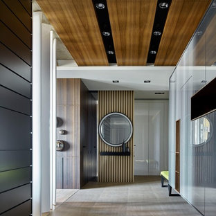 Modern inredning av en hall, med flerfärgade väggar