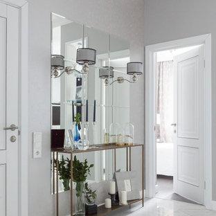 Свежая идея для дизайна: коридор в стиле современная классика с полом из керамогранита, белым полом и обоями на стенах - отличное фото интерьера