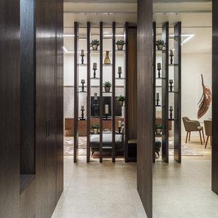 Удачное сочетание для дизайна помещения: коридор среднего размера в современном стиле с полом из керамогранита - самое интересное для вас