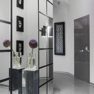 Неиссякаемый источник вдохновения для домашнего уюта: коридор в современном стиле с белыми стенами и серым полом