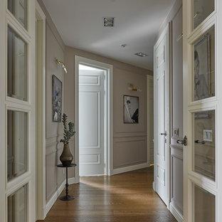 Пример оригинального дизайна: коридор в классическом стиле с паркетным полом среднего тона и серыми стенами