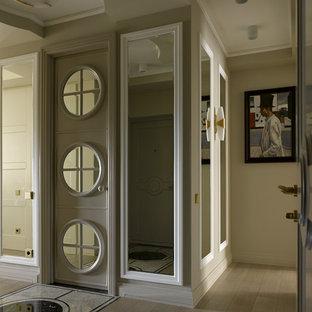 Пример оригинального дизайна: большой коридор в стиле современная классика с мраморным полом, бежевым полом и бежевыми стенами