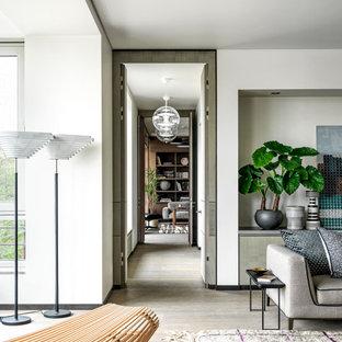 Стильный дизайн: коридор в современном стиле с белыми стенами и бежевым полом - последний тренд