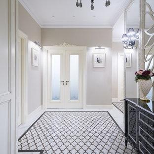 Идея дизайна: коридор в классическом стиле с серыми стенами и разноцветным полом