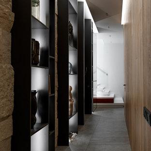 Modern inredning av en hall, med beige väggar och grått golv