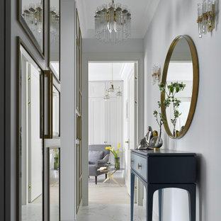 Exemple d'un petit couloir tendance avec un mur blanc, un sol en carrelage de porcelaine et un sol blanc.