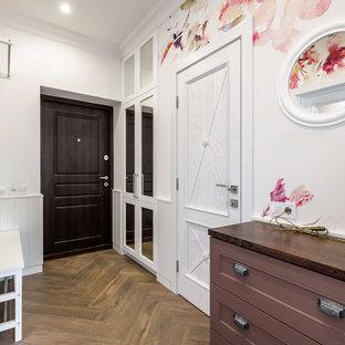 Свежая идея для дизайна: маленький коридор в стиле кантри с белыми стенами, полом из ламината, коричневым полом и обоями на стенах - отличное фото интерьера