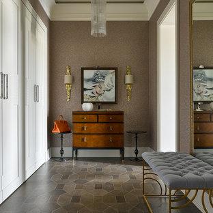 Выдающиеся фото от архитекторов и дизайнеров интерьера: коридор в классическом стиле с коричневыми стенами и темным паркетным полом