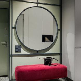Ispirazione per un ingresso o corridoio contemporaneo con pareti verdi, pavimento alla veneziana e pavimento grigio