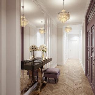 Bild på en stor vintage hall, med vita väggar, ljust trägolv och beiget golv