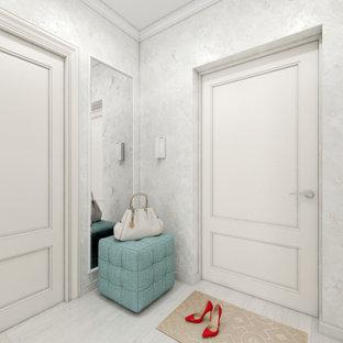 他の地域の中くらいのトランジショナルスタイルのおしゃれな廊下 (白い壁、ラミネートの床、白い床、折り上げ天井、壁紙) の写真