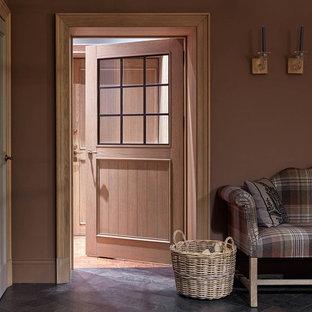 На фото: коридоры в стиле современная классика с коричневыми стенами