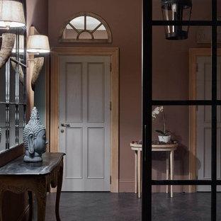 Идея дизайна: коридор в стиле современная классика с коричневыми стенами и коричневым полом