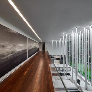 Неиссякаемый источник вдохновения для домашнего уюта: коридор в современном стиле с белыми стенами, паркетным полом среднего тона и коричневым полом
