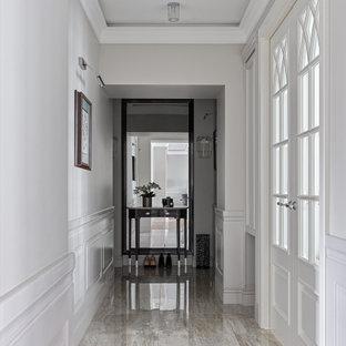 Imagen de recibidores y pasillos tradicionales renovados, de tamaño medio, con paredes grises, suelo de baldosas de porcelana y suelo beige
