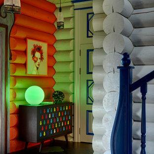 モスクワの中サイズのエクレクティックスタイルのおしゃれな廊下 (オレンジの壁、磁器タイルの床、マルチカラーの床) の写真