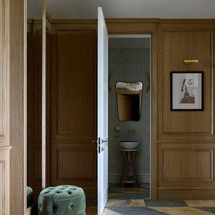 Идея дизайна: коридор в стиле неоклассика (современная классика) с коричневыми стенами и разноцветным полом
