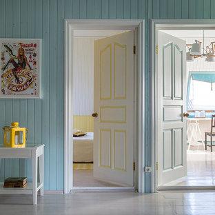 Inspiration för lantliga hallar, med blå väggar och målat trägolv