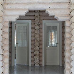 Cette photo montre un couloir nature de taille moyenne avec un mur beige, un sol en bois peint et un sol gris.