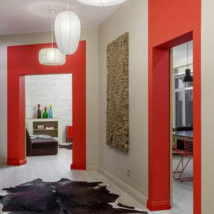 Diseño de recibidores y pasillos bohemios, de tamaño medio, con paredes beige, suelo de baldosas de cerámica y suelo beige