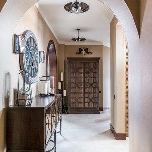 Идея дизайна: коридор в средиземноморском стиле с бежевыми стенами