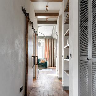 Cette photo montre un couloir avec un plafond en poutres apparentes.
