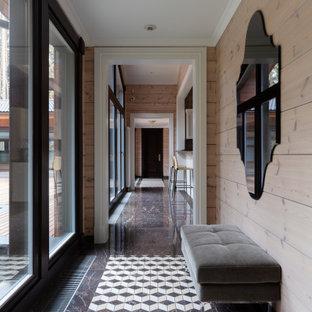 Свежая идея для дизайна: коридор в стиле неоклассика (современная классика) с бежевыми стенами и коричневым полом - отличное фото интерьера
