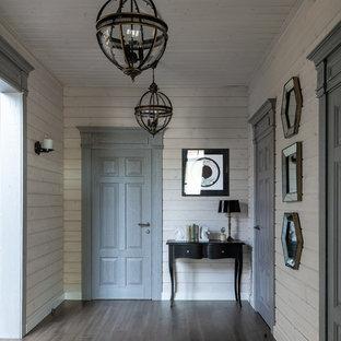 Свежая идея для дизайна: коридор в стиле современная классика с коричневым полом, бежевыми стенами и темным паркетным полом - отличное фото интерьера