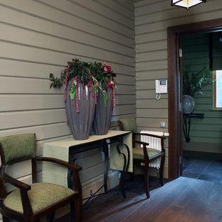 Неиссякаемый источник вдохновения для домашнего уюта: большой коридор в стиле фьюжн с серыми стенами и темным паркетным полом
