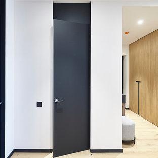Идея дизайна: коридор в современном стиле с белыми стенами и бежевым полом