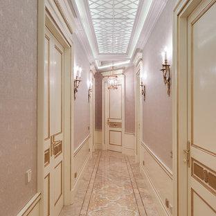 Cette photo montre un couloir chic avec un mur rose.