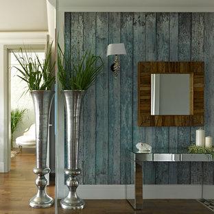 Eklektisk inredning av en hall, med blå väggar och mörkt trägolv