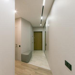 Новые идеи обустройства дома: маленький коридор в современном стиле с серыми стенами, полом из ламината и бежевым полом