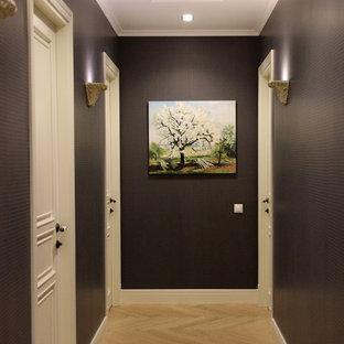 モスクワの小さいトラディショナルスタイルのおしゃれな廊下 (茶色い壁、淡色無垢フローリング、ベージュの床) の写真