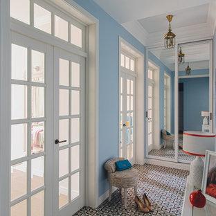 モスクワのトランジショナルスタイルのおしゃれな廊下 (青い壁、セラミックタイルの床) の写真