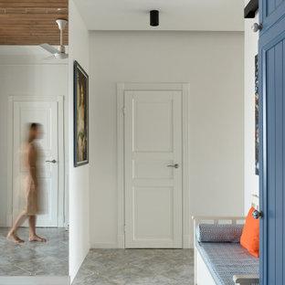 Bild på en eklektisk hall, med vita väggar, klinkergolv i keramik och grått golv