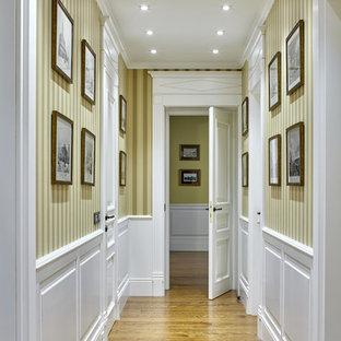 Inredning av en klassisk hall, med beige väggar och mellanmörkt trägolv