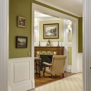 Источник вдохновения для домашнего уюта: коридор в классическом стиле с разноцветными стенами и полом из керамической плитки